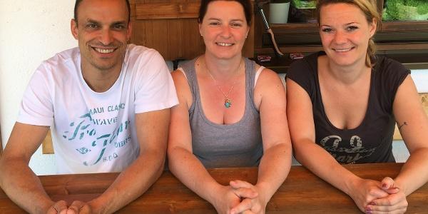 Die Hüttenwirte (v.l.): Thomas & Sabine Jauernig, Christine Seemüller