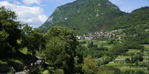 Die alte Straße bei Pranzo, im Hintergrund der Monte Misone und das Dorf  Canale di Tenno