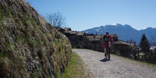 Zum Tennosee, im Hintergrund das Dorf Canale, der verschneite Monte Baldo und der Gardasee