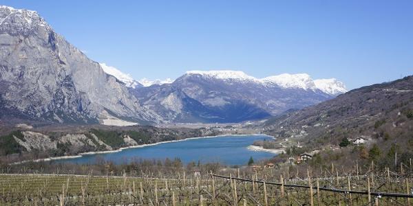 Il lago di Cavedine, a marzo, con la Paganella innevata sullo sfondo