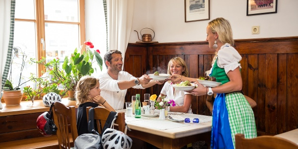 Auf keinen Fall dürfen Sie die kulinarische Vielfalt entlang der Via Carinzia versäumen