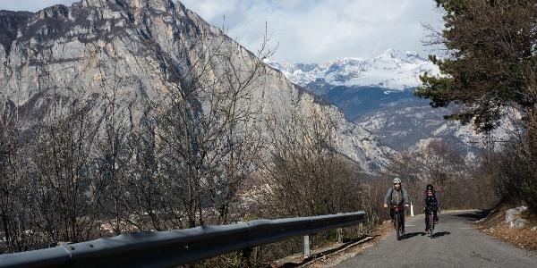La salita, a gennaio, con le cime innevate del Brenta sullo sfondo