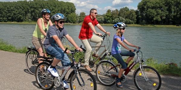 Entspannt entlang des Rheins fahren.