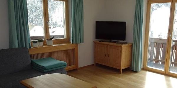 geräumiges Wohnzimmer mit großem TV