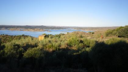 Blick zurück auf den Alcantarasee - Wanderweg mit Wegweisern