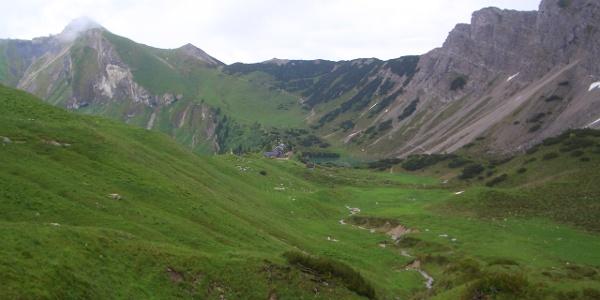 Schochenspitze und Sulzspitze am linken Bildrand, Abstieg zur Landsberger Hütte (Bildmitte)