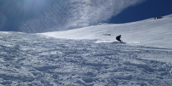 Bei solchen Schnee- und Lawinenbedingungen ist die Abfahrt über die Nordflanke natürlich ein absolutes Vergnügen