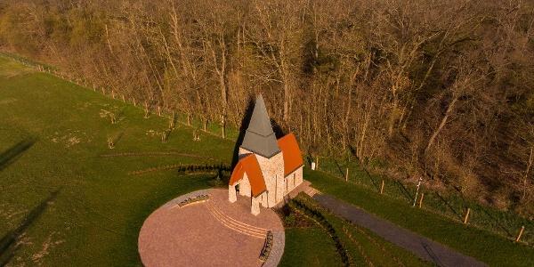 A Káld-hidegkúti Kisboldogasszony-kápolna a magasból