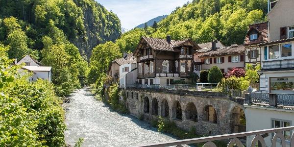 Die Tamina fliesst mitten durch das Dorf Bad Ragaz.