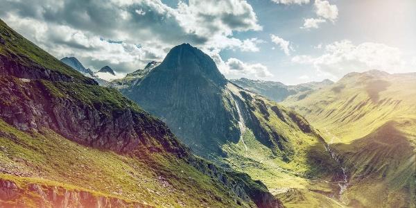 Vue depuis la route du col de Nufenen à la montagne «Stocke».