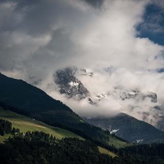 Von Wolken bedeckte Bergkette Dents du Midi.