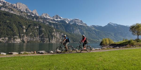 Die Tour führt entlang dem Walensee mit einer faszinierenden Sicht auf die Bergkette der Churfirsten.