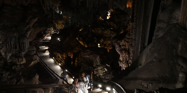 """Escaleras por la fascinante """"sala del cataclismo"""""""