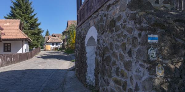 A Kéktúra jelzése az Ófaluban (Hollókő)