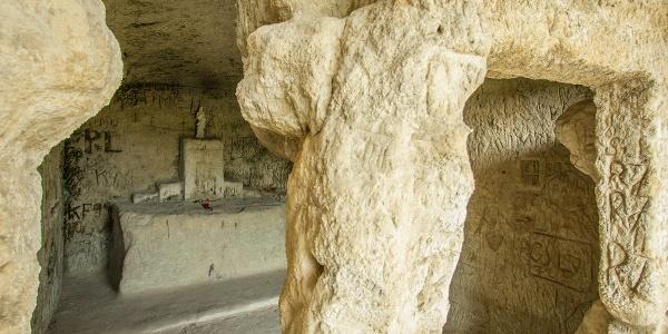 Szentély a Remetebarlangok egyikében (Mátraverebély-Szentkút)