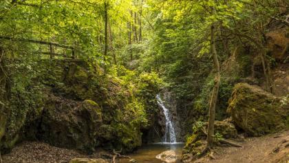 Vodopád v údolí Jegenye-völgy na jar