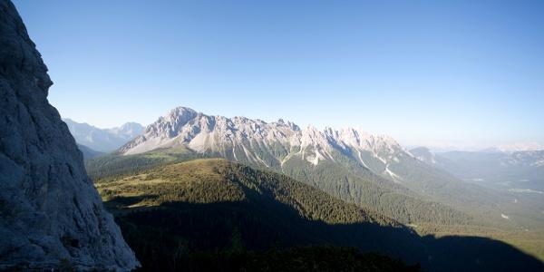 Vista verso il Col di Caneva, il Monte Lastroni e le Creste del Ferro