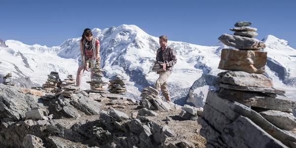 Au fond le massif du Mont Rose avec la plus haute montagne suisse (la Pointe Dufour, 4'634 m)