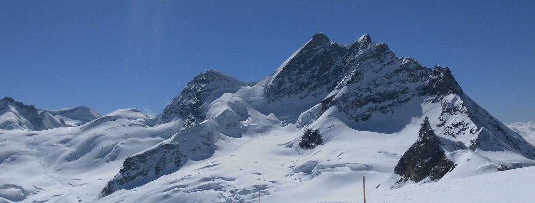 Louwitor und Louwihorn (Firnkuppe links) und Jungfrau rechts