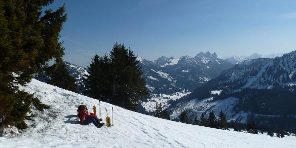 Rast unterm Gipfel des Schönkahler (1688 m) im Winter