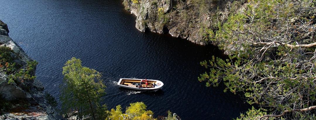 Bootsfahrt auf dem See Julma Olkky im Hossa Nationalpark