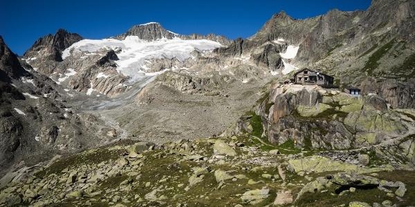 Die Albert-Heim-Hütte liegt mitten in der alpinen Bergwelt.