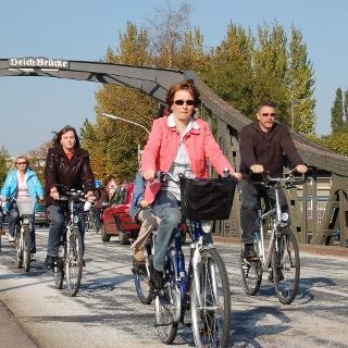 Radfahrer auf der Deichbrücke