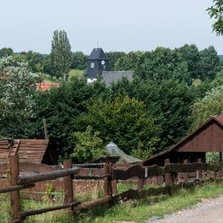 Kirche Höckendorf im Hintergrund