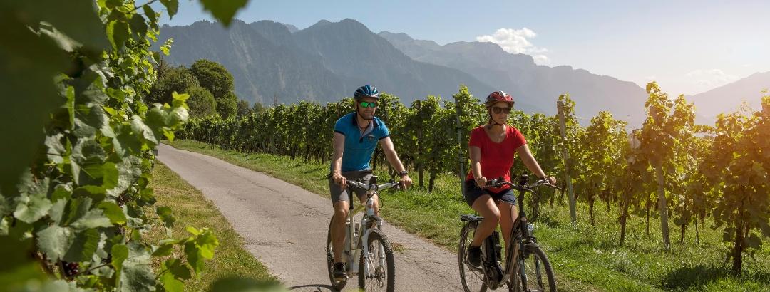 Zwei E-Bike in der Bündner Herrschaft unterwegs