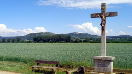 Steinkreuz, im Hintergrund das Walberla