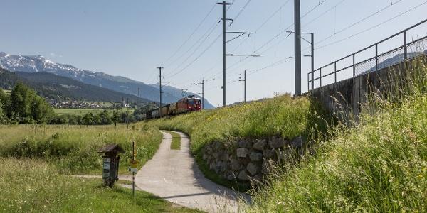 Wanderweg entlang von der Bahnlinie