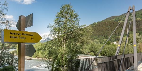 Wegweiser Brücke Castrisch-Schluein