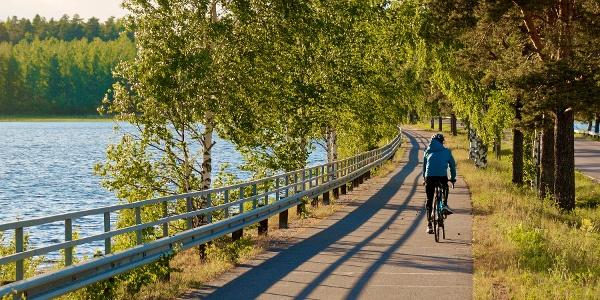 Cycle path along lake