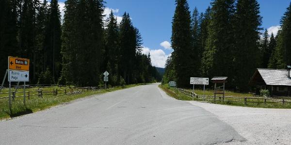 Abzweigung auf die Forstrasse zur Blejka koča (Veldeser Hütte)