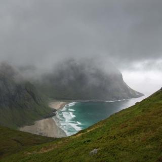 Die Kvalvika-Bucht - leider bei wolkenverhangenem Himmel