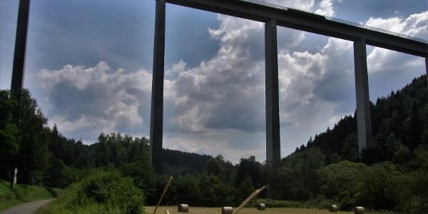 Unter der 700 Meter langen Schwarzbachtalbrücke hindurch