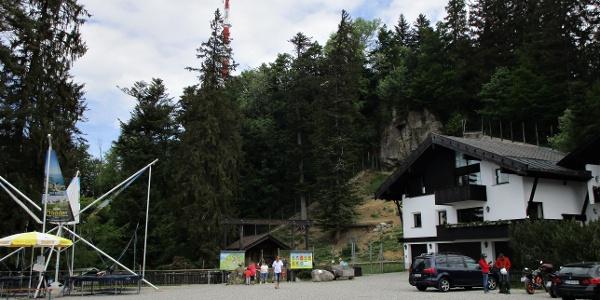 Eingang zum Wildpark mit Sendeturm im Hintergrund