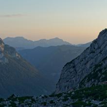 Die Blaueishütte im Rückblick beim weiteren Anstieg, im Hintergrund Hochstaufen und Kameraden.