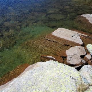 See ca. 300m unteraalb des Gipfels, etwas abseits des markierten Steigs, zum Erfrischen ausreichend, zum Schwimmen zu seicht