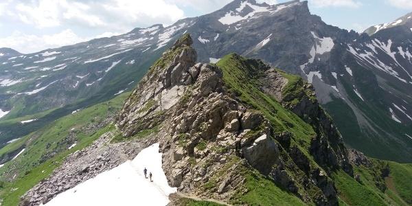 Blick von oben und zurück zur Querung des Schneefeldes.
