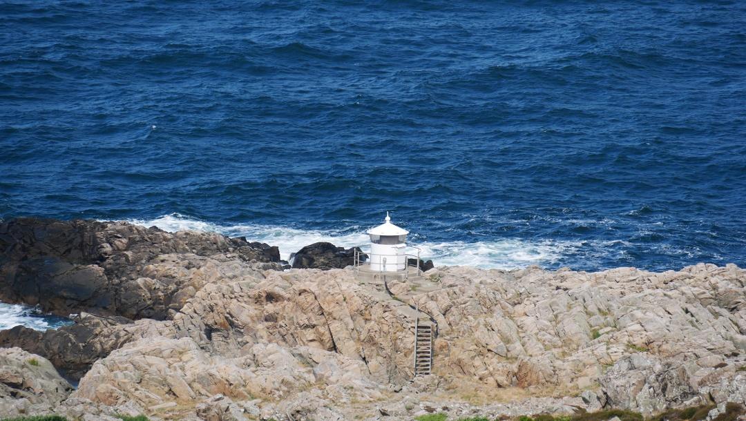 Der kleine Leuchtturm auf der Klippe unterhalb des Kullen-Leuchtturms