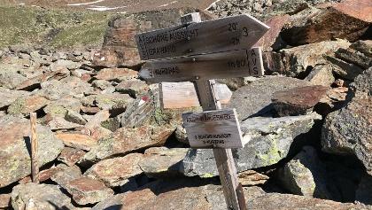 Signpost at the Bella Vista Hut