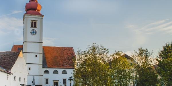 Hochzeitssteg mit Pfarrkirche