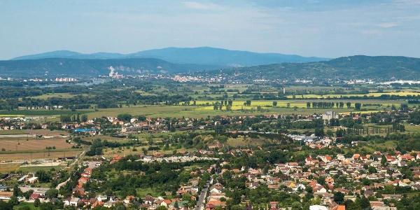 Helembai-Gebirge und im Hintergrund Börzsöny (Hegyes-kő)