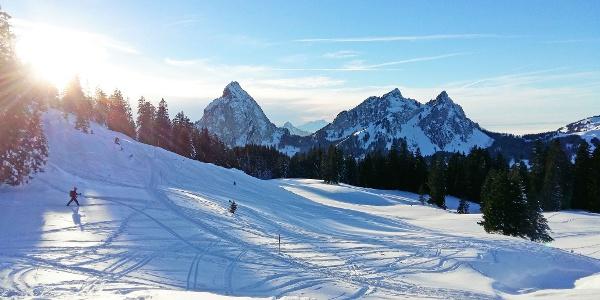 Schneeschuhtrail Furggelen, im Hintergrund die Mythen