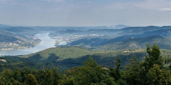 Nyári panoráma a Prédikálószékről a Dunakanyarra. Balról jobbra kiszúrhatjuk Szobot, Zebegényt, Nagymarost, a jobb parton pedig Visegrádot is a várral, a távolban a Naszályjal