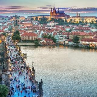 Karlsbrücke und Blick auf Prager Burg