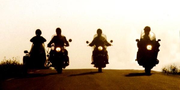 Motorradfahrer im Gegenlicht