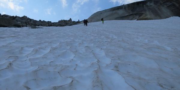 Im Hochgebirge muss man immer auf Altschneefelder vorbereitet sein.