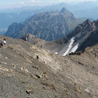 Drahtseilsicherungen im oberen Verlauf des Steiges hinab zur Totalphütte.